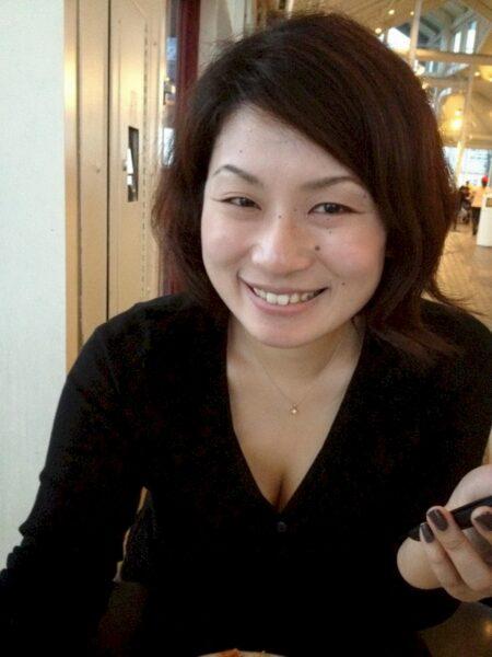 Femme asiatique seule depuis pas longtemps
